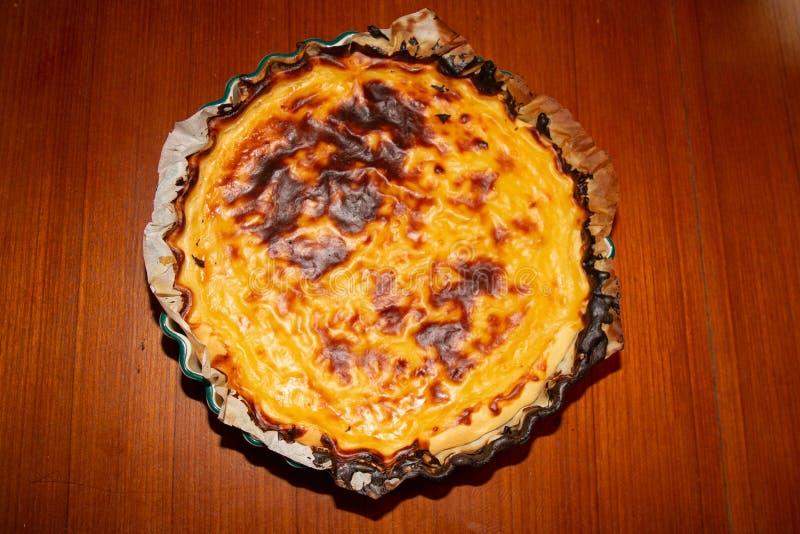 Postre dulce y delicioso de en colores pastel nata de la tarta del huevo en la tabla de madera fotos de archivo libres de regalías
