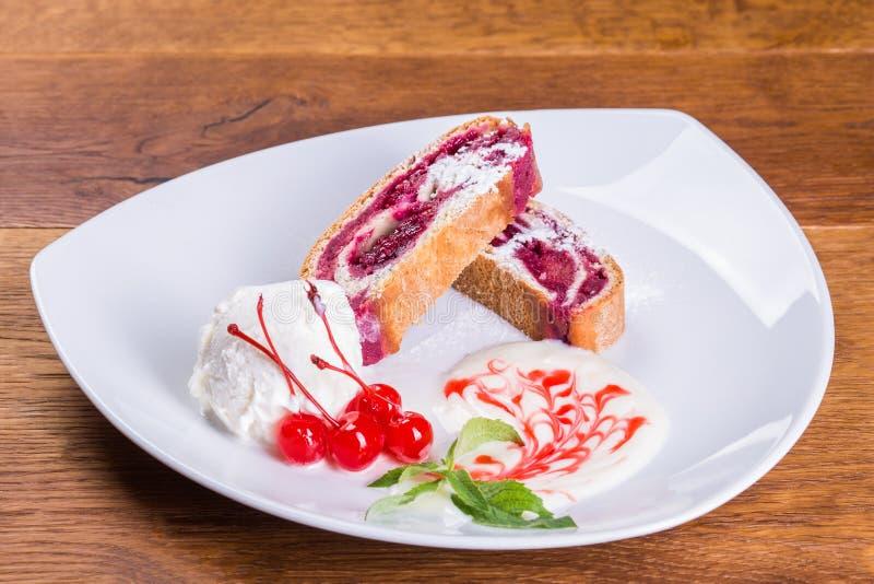 Postre Empanada de la cereza con helado y la cereza fotos de archivo libres de regalías