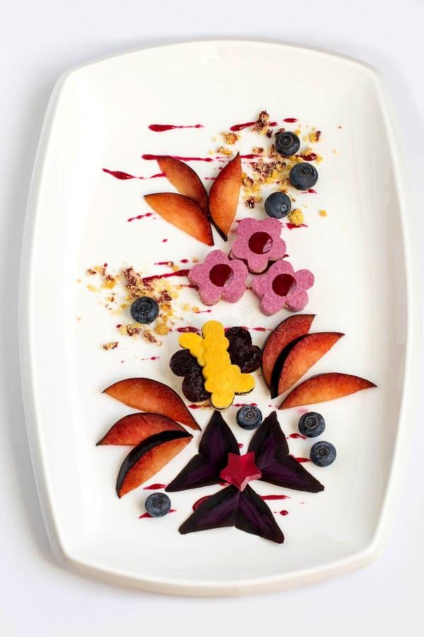 Postre exquisito con las bayas y las frutas imagen de archivo