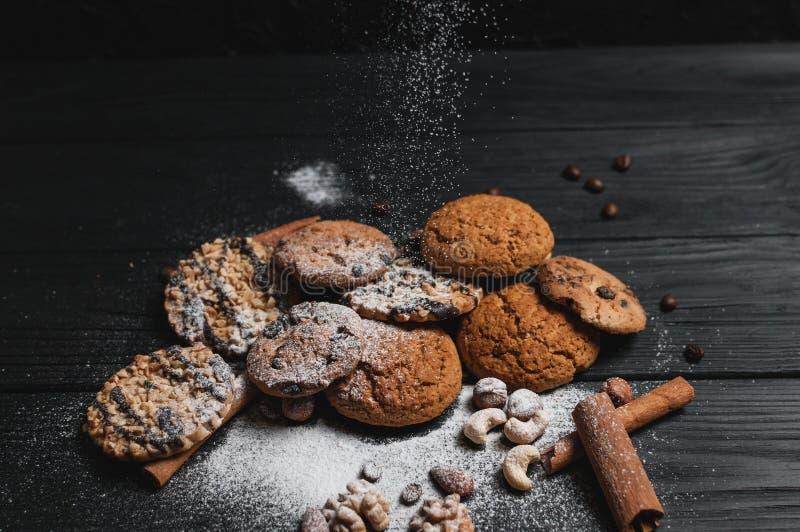 Postre hecho en casa de las galletas Microprocesador de chocolate, pasa de la harina de avena, pasta y nueces Copie el fondo de l imagen de archivo libre de regalías