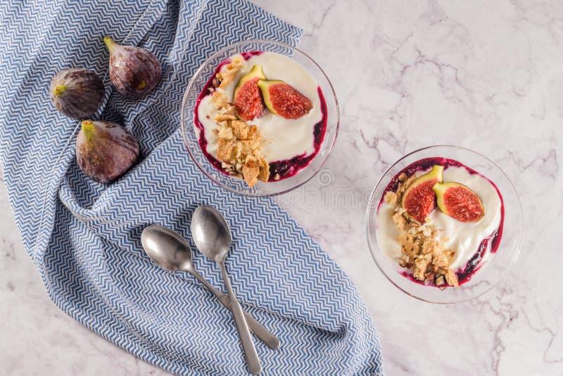 Postre helado del pudín de los higos con el yogur imagen de archivo libre de regalías
