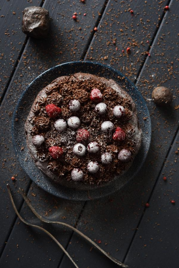 Postre libre del gluten hecho en casa La torta de chocolate oscura con la formación de hielo del queso cremoso y bayas crudas si foto de archivo libre de regalías