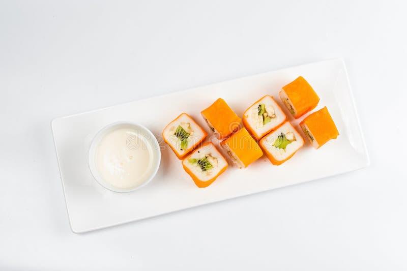Postre Maki Sushi - ruede con la diversa fruta en pudín de arroz y el coco forma escamas foto de archivo libre de regalías