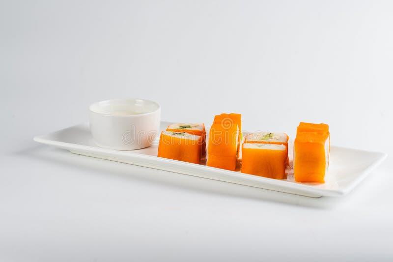 Postre Maki Sushi - ruede con la diversa fruta en pudín de arroz y el coco forma escamas imágenes de archivo libres de regalías