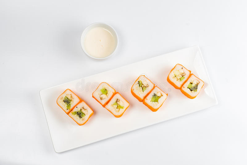 Postre Maki Sushi - ruede con la diversa fruta en pudín de arroz y el coco forma escamas fotos de archivo libres de regalías