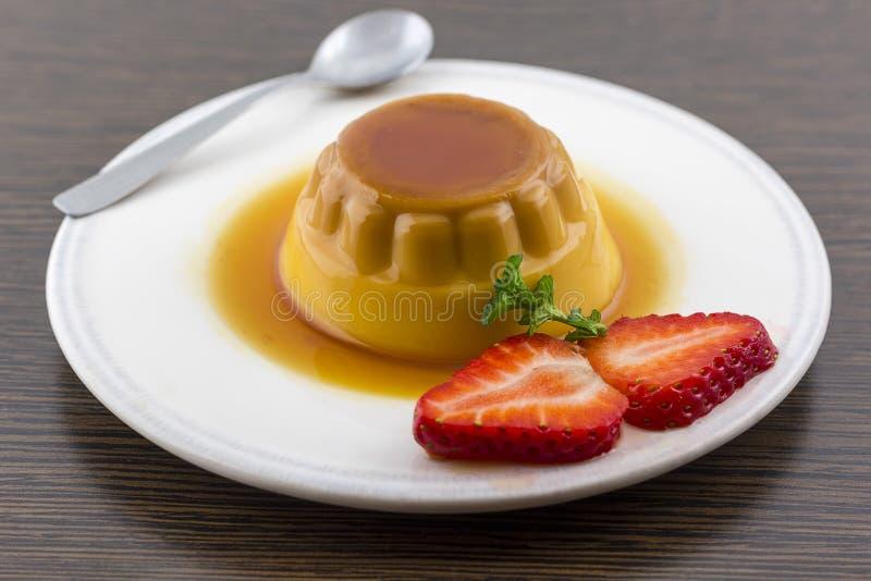 Postre o cospel de las natillas de la vainilla del caramelo de nata en el plato blanco con imágenes de archivo libres de regalías