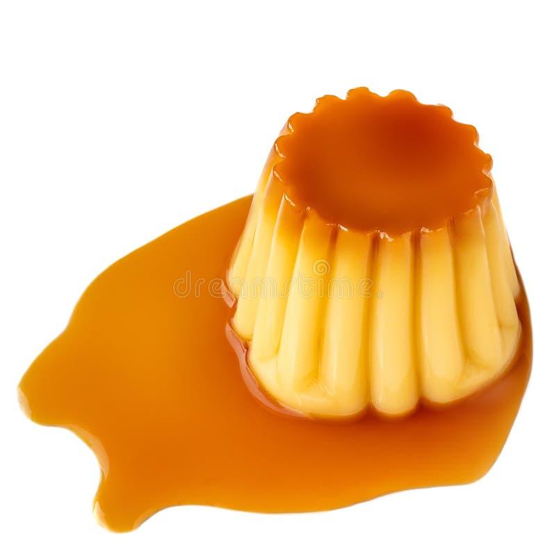 Postre o cospel francés de la nata con el jarabe dulce Pudín de las natillas del caramelo aislado en el fondo blanco fotos de archivo libres de regalías