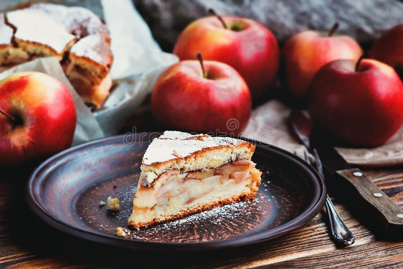 Postre orgánico hecho en casa de la empanada de manzana preparado Rebanada de boca cocida fresca deliciosa que riega la empanada  foto de archivo libre de regalías