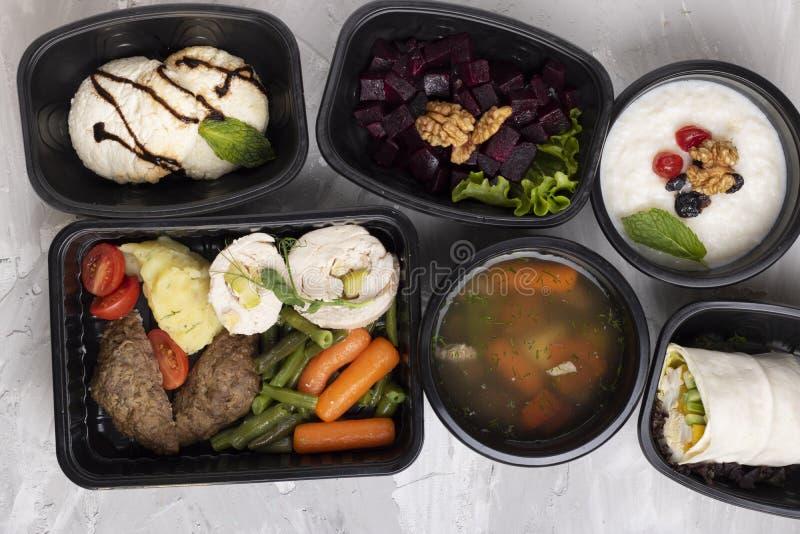 Postre para el desayuno, las chuletas y las verduras cocidas al vapor para el almuerzo, rool del pollo para la cena imágenes de archivo libres de regalías