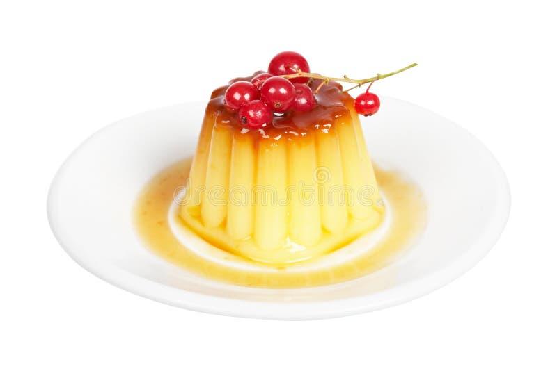 Postre poner crema del caramelo con las pasas rojas foto de archivo libre de regalías