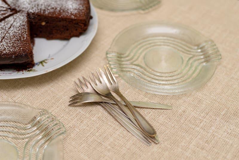 Postre preparado en un domicilio familiar Reunión de la familia en la tabla de cocina fotografía de archivo libre de regalías