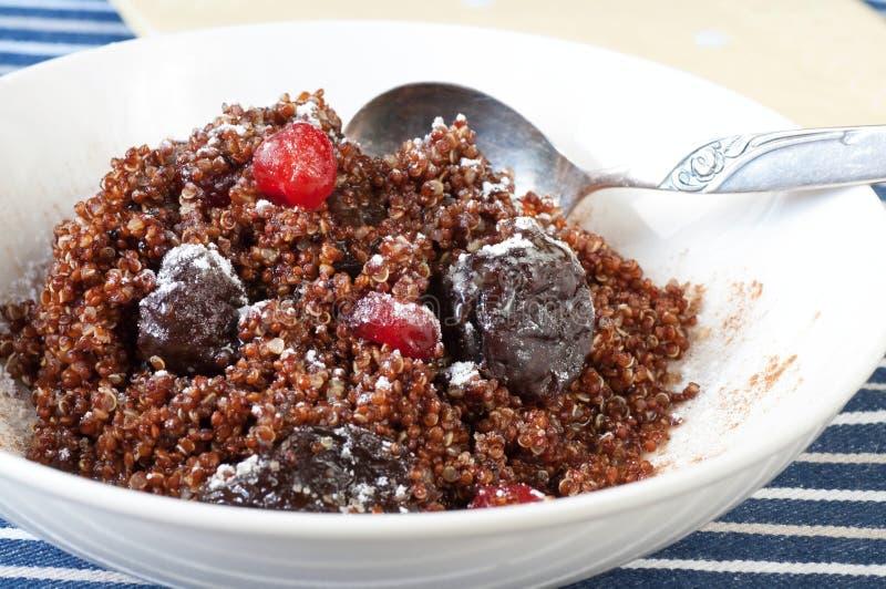 Postre sano de la quinoa hervida con frutos secos fotografía de archivo