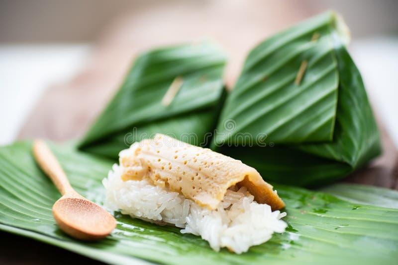 Postre tailandés, arroz pegajoso dulce con natillas del huevo en el top foto de archivo