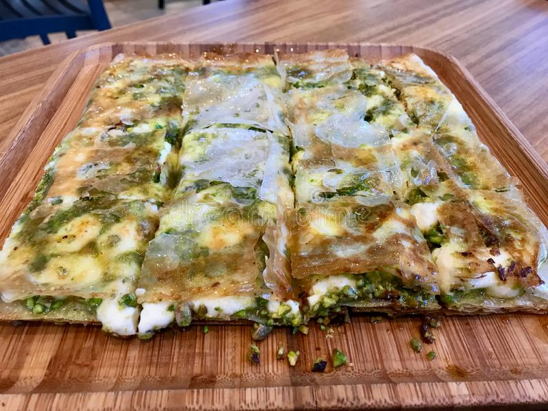 Postre turco Katmer con el polvo del pistacho de la región de Gaziantep/preparado con pasta fina curruscante y queso cremoso coag foto de archivo libre de regalías