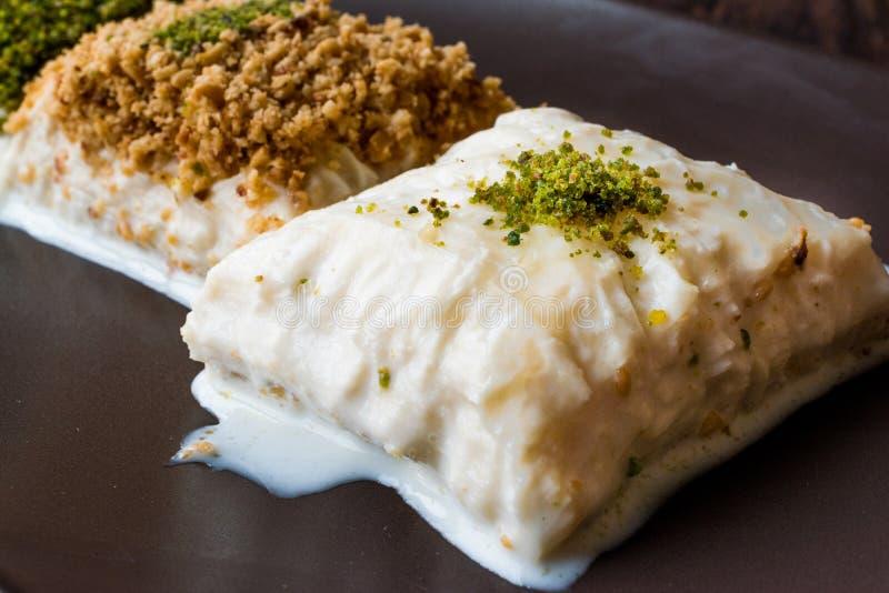 Postre turco Sutlava de la leche hecho con Gullac y pasta del Baklava de la lechería imagen de archivo libre de regalías
