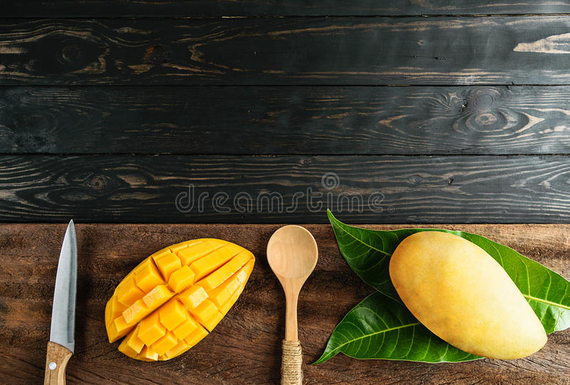 Postres del mango en la visión superior de madera foto de archivo