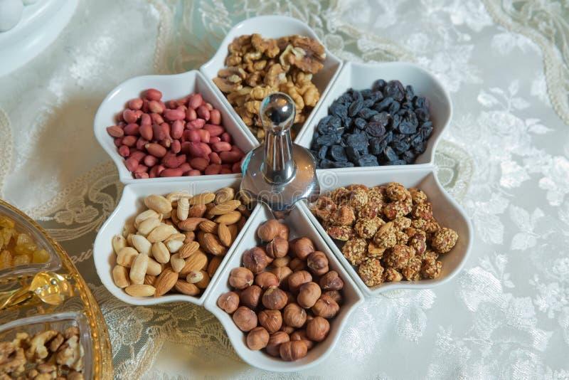 Postres mezclados La almendra, las nueces, el cacahuete, las pasas, las nueces y las nueces están en el cuenco fotos de archivo libres de regalías