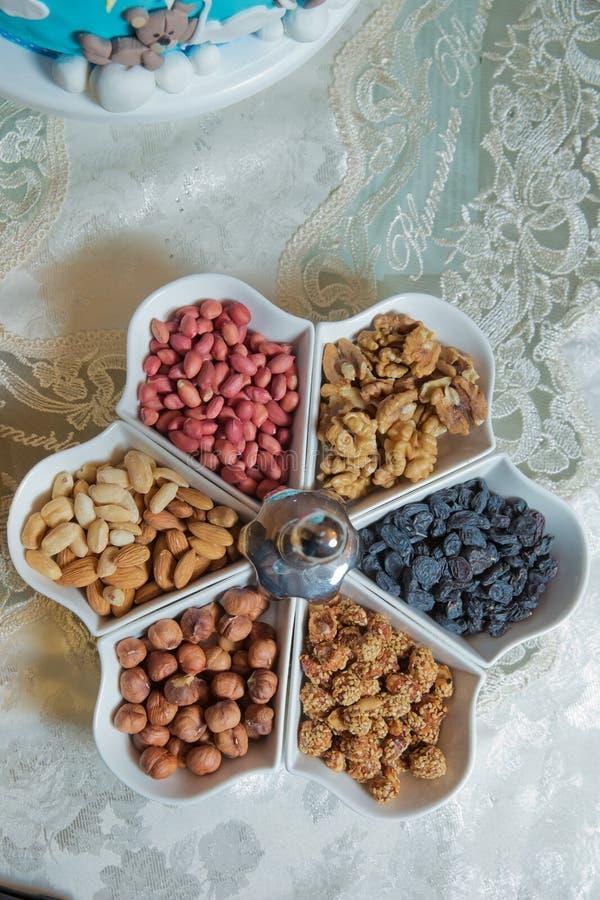 Postres mezclados La almendra, las nueces, el cacahuete, las pasas, las nueces y las nueces están en el cuenco foto de archivo libre de regalías