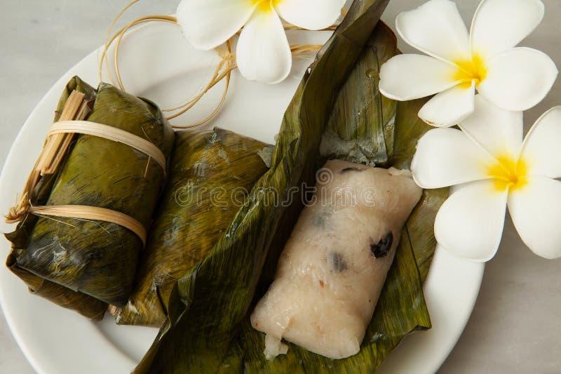 Postres tailandeses, lazo de las gachas de avena, arroz pegajoso envuelto en hojas del plátano, relleno del plátano, alimento coc fotos de archivo