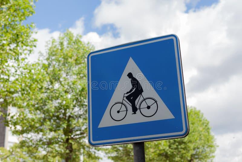 Posts de la bici en un polo del metal fotos de archivo