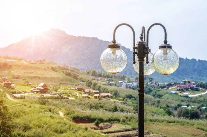 Posts de la lámpara de calle en natural imágenes de archivo libres de regalías