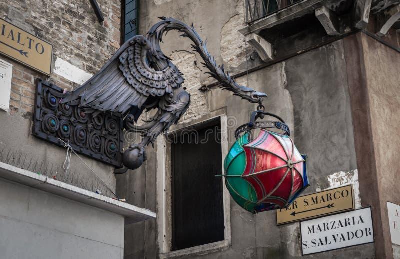 Posts de la lámpara del dragón y por S Muestra de Marco, Venecia Italia imagenes de archivo