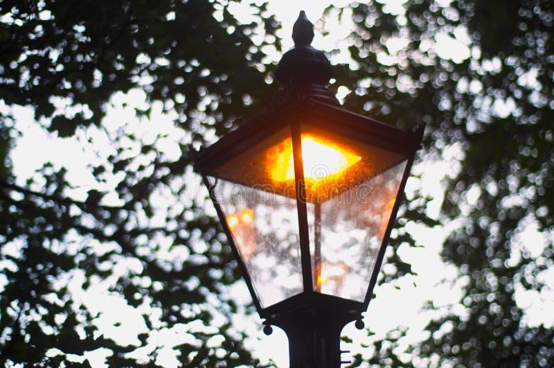 Posts de la lámpara encendidos durante día fotos de archivo