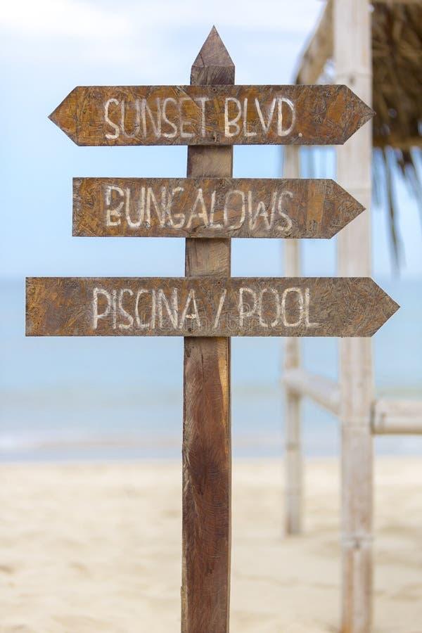Posts de muestra de madera a las casas de planta baja y la piscina en la playa, Perú foto de archivo