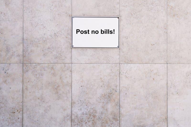 Posts de muestra de la prohibición ningunas cuentas en el fondo de mármol de la pared de piedra fotografía de archivo libre de regalías