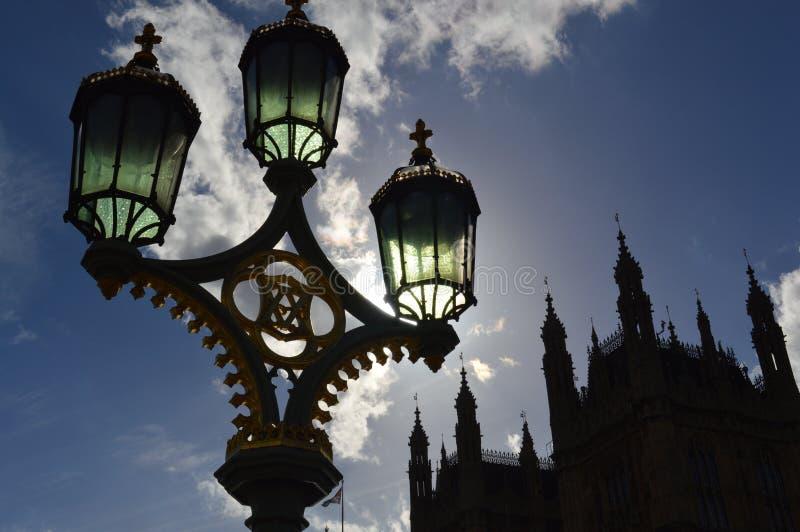Posts del edificio y de la lámpara en sombra fotografía de archivo libre de regalías
