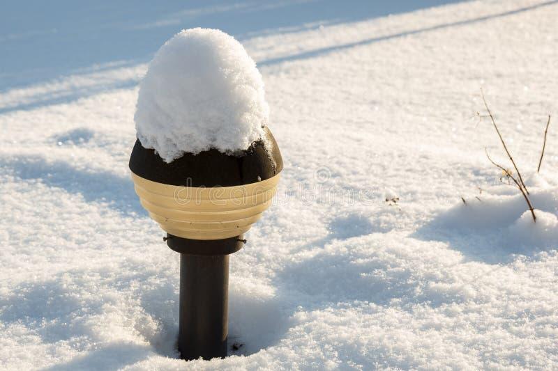 Posts nevados de la lámpara fotografía de archivo libre de regalías