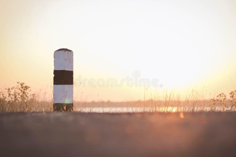 Posts y puesta del sol de la guía fotografía de archivo