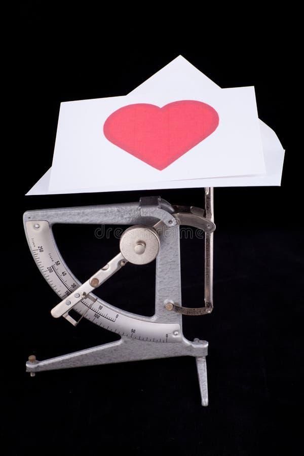 Postskala mit Zeichen des Valentinsgrußes lizenzfreie stockbilder