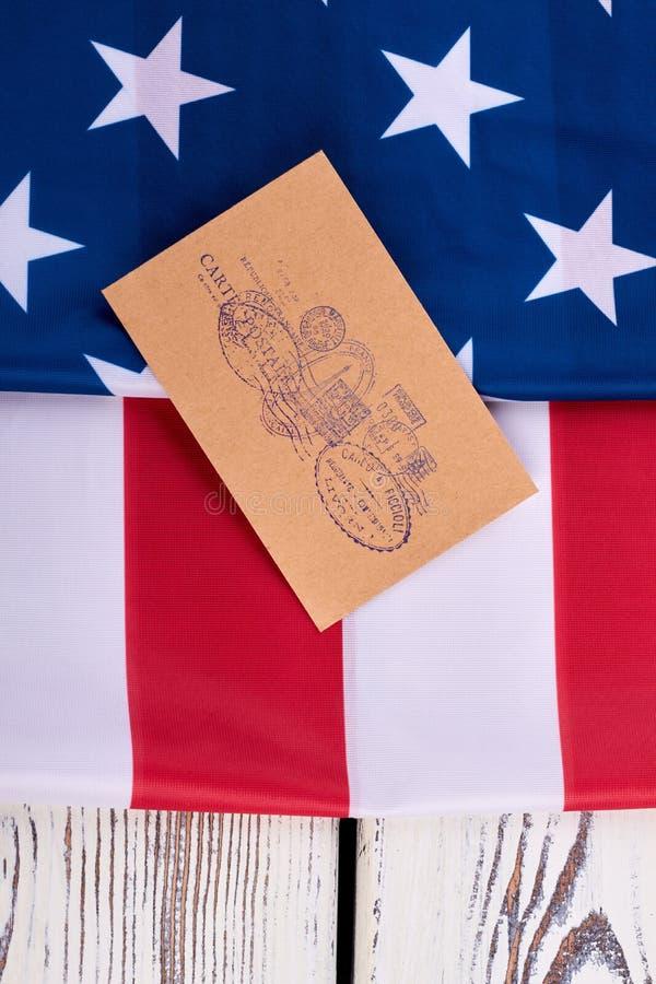 Poststempel stellten auf Umschlag und Flagge von USA ein stockfotos