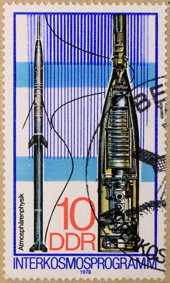 Poststempel von DDR stellt Interkosmos-Programme und Physik der Atmosphäre dar stockbild