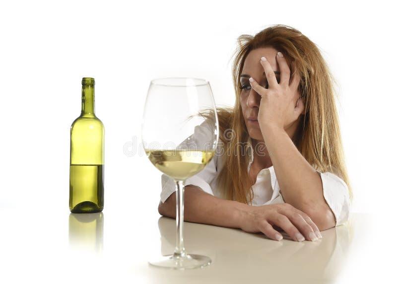 Postumi di una sbornia potabili beventi sprecati e diminuiti biondi caucasici di vetro di vino bianco della donna alcolica fotografia stock libera da diritti