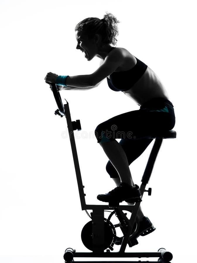 Postura biking de la aptitud del entrenamiento de la mujer fotos de archivo