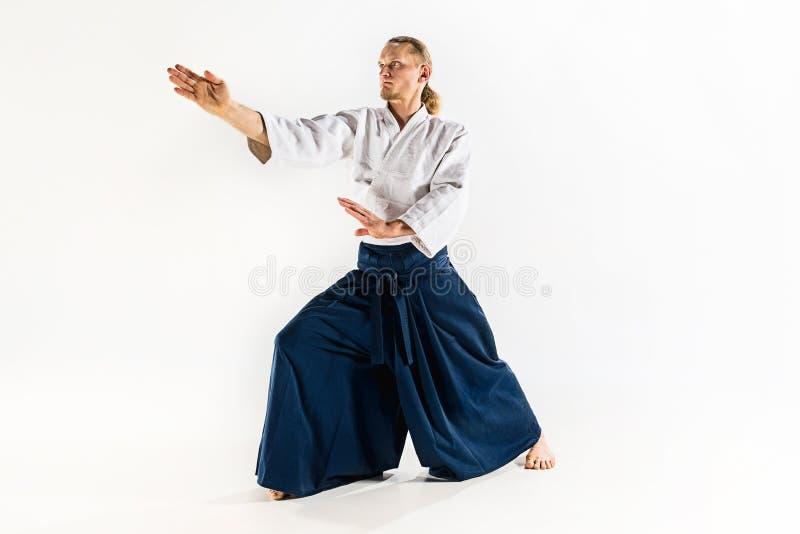 Postura de defesa mestra das práticas do Aikido Estilo de vida e conceito saudáveis dos esportes Homem com a barba no quimono bra foto de stock royalty free