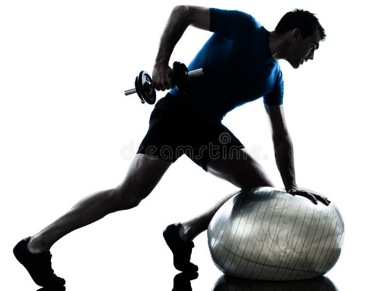 Postura de la aptitud del entrenamiento del entrenamiento del peso de ejercicio del hombre foto de archivo libre de regalías