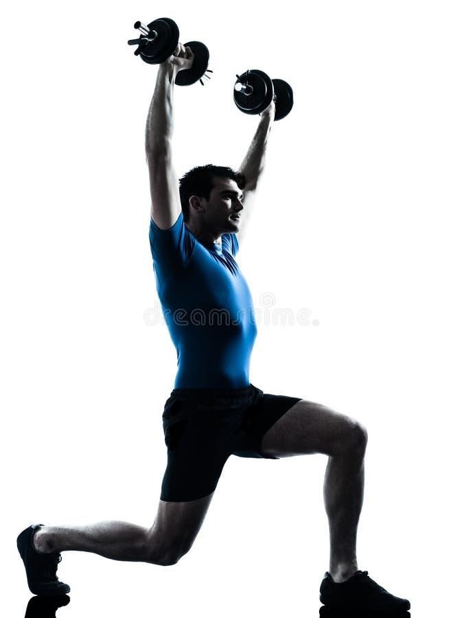 Postura de la aptitud del entrenamiento del entrenamiento del peso de ejercicio del hombre imagen de archivo