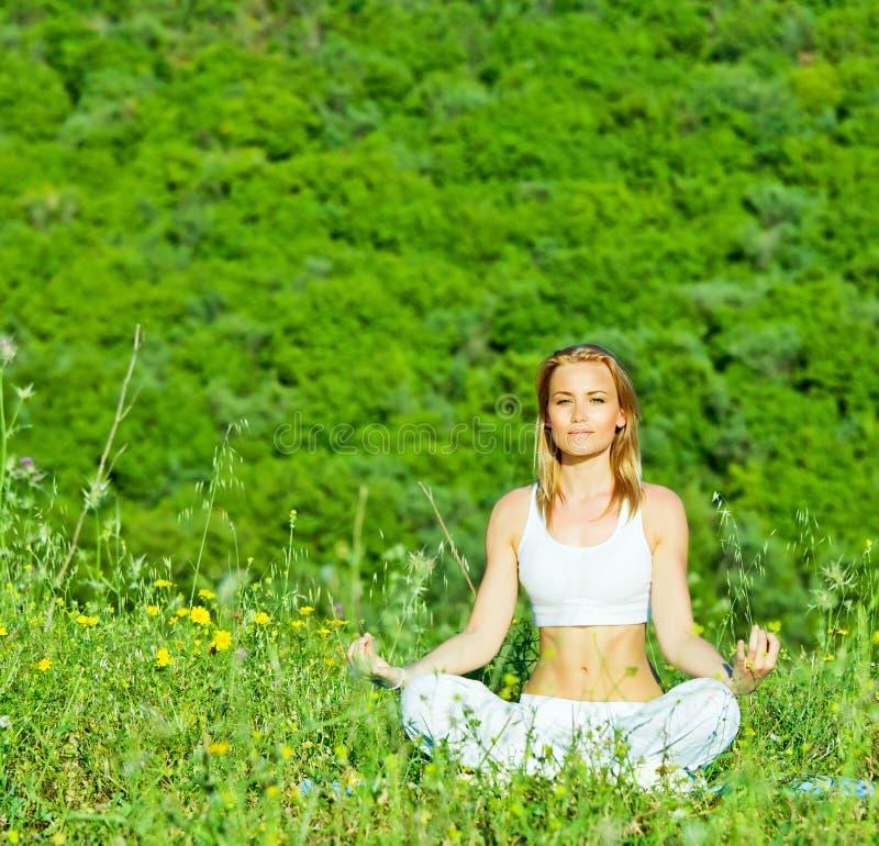 Postura de la yoga fotografía de archivo