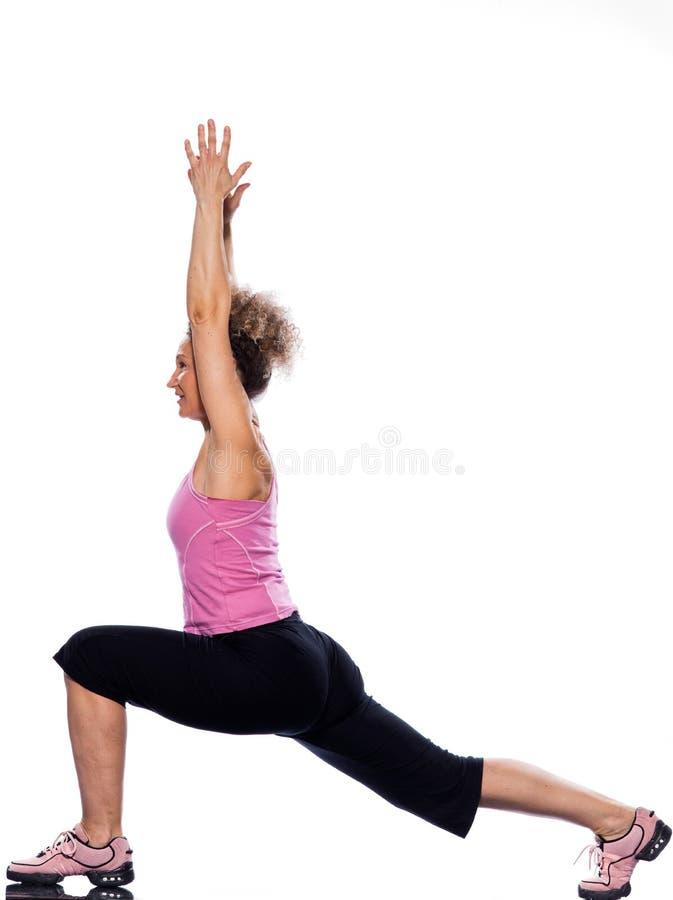 Postura del guerrero del virabhadrasana de la yoga de la mujer foto de archivo libre de regalías