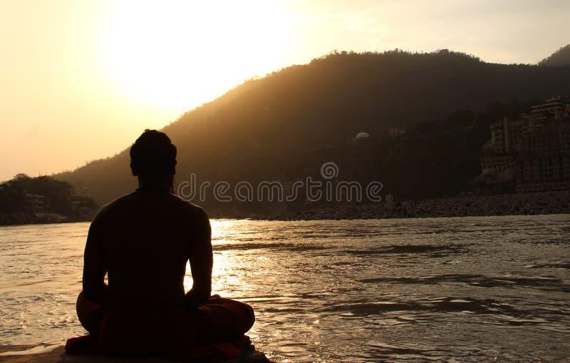 Posturas meditativas - Retuals- diario Sadhu hindú imágenes de archivo libres de regalías