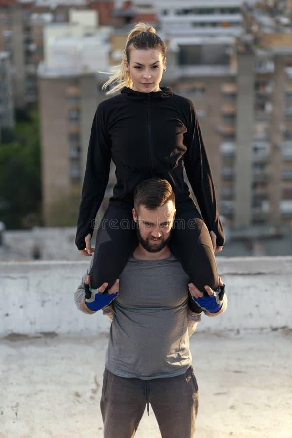 Postures accroupies d'épaule de faits de couples photographie stock libre de droits