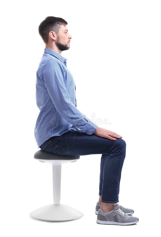 Postury pojęcie Mężczyzna obsiadanie na krześle przeciw tłu obrazy stock