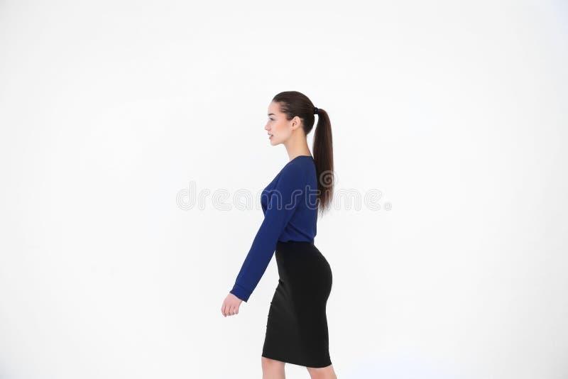 Postury pojęcie Młoda kobieta na tle zdjęcia royalty free