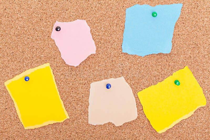 Poszarpana papierowa notatek pushpins korka deska zdjęcie stock