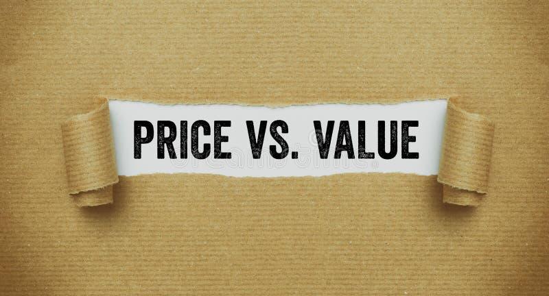 Poszarpany brązu papier wyjawia słowo cenę vs wartość obrazy royalty free