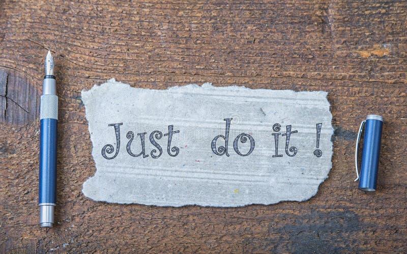 Poszarpany kawałek stary papier dla wiadomości lub słowa mądrość z piórem na brown drewnie fotografia stock