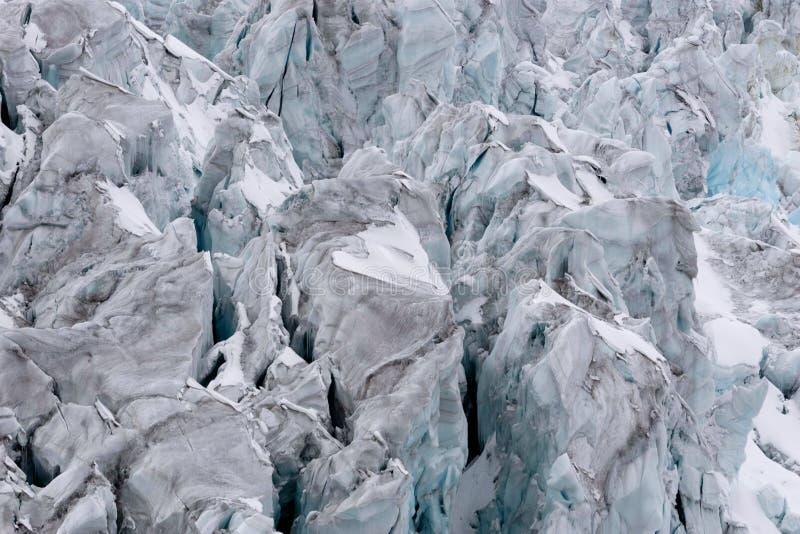 Poszarpany lodowiec z wiele crevasses w szczególe obraz stock